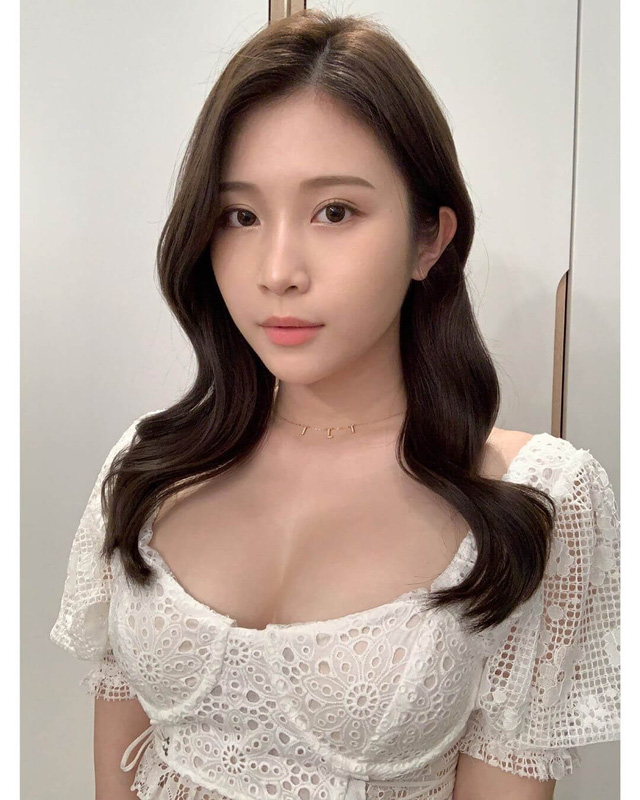 Tung bộ ảnh ở suối nước nóng khiến fan trố mắt, nữ Youtuber xinh đẹp kể lể chuyện khó khăn khi hành nghề ở Nhật Bản - Ảnh 1.