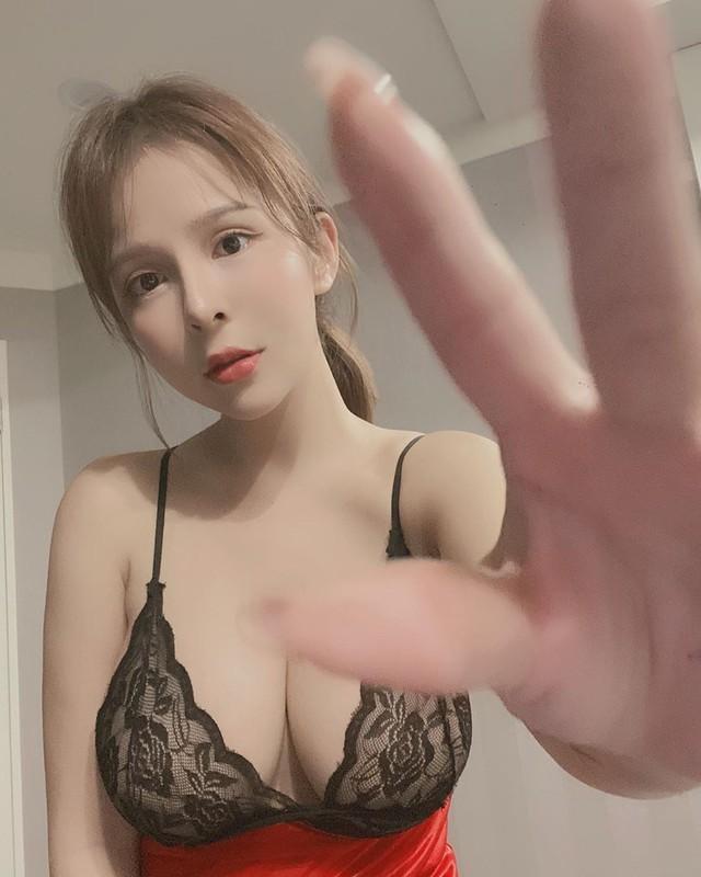 Học theo trend ấn bút bi vào ngực để đọ lực đàn hồi, các cô nàng hot girl Hong Kong khiến cộng đồng mạng trầm trồ - Ảnh 2.