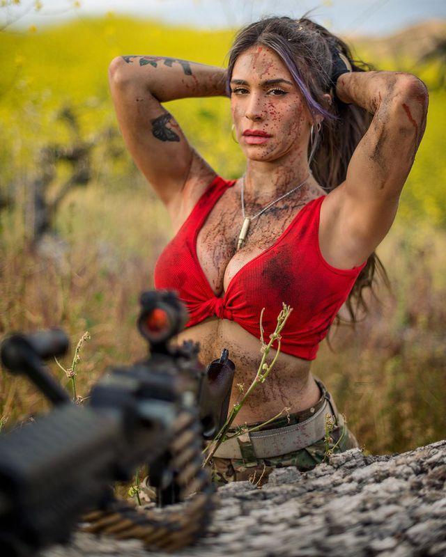 Body căng đét của cực binh sĩ Isarel khiến fan PUBG mê mẩn: Nữ hoàng súng đạn, biểu tượng của nữ quyền - Ảnh 19.