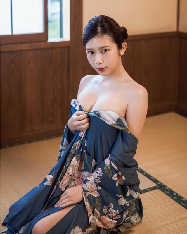 Tung bộ ảnh ở suối nước nóng khiến fan trố mắt, nữ Youtuber xinh đẹp kể lể chuyện khó khăn khi hành nghề ở Nhật Bản - Ảnh 8.