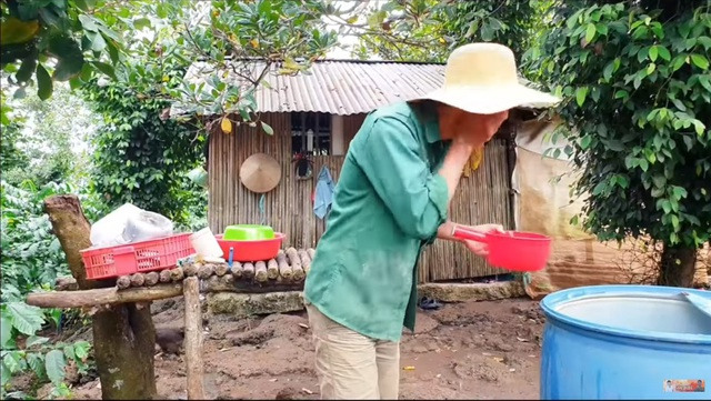 Youtuber nghèo nhất Việt Nam chia sẻ cuộc sống thay đổi sau một năm làm vlog: sửa được nhà, mua được máy quay, xe mới - Ảnh 2.