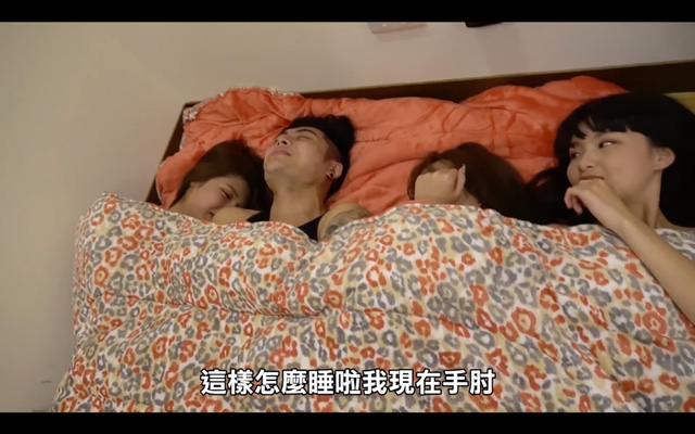 Làm thử thách sức chịu đựng của bản thân bằng cách chung giường với 6 cô gái, 2 anh chàng Youtuber không chịu nổi áp lực, bối rối nhận thua - Ảnh 6.