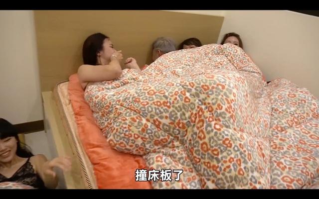 Làm thử thách sức chịu đựng của bản thân bằng cách chung giường với 6 cô gái, 2 anh chàng Youtuber không chịu nổi áp lực, bối rối nhận thua - Ảnh 8.