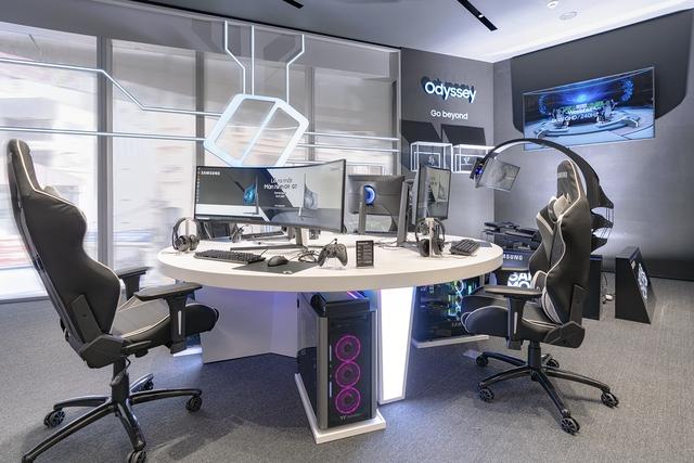 Game thủ đứng hình khi trải nghiệm màn hình gaming cong Odyssey G7 và G9 mới của Samsung - Ảnh 1.