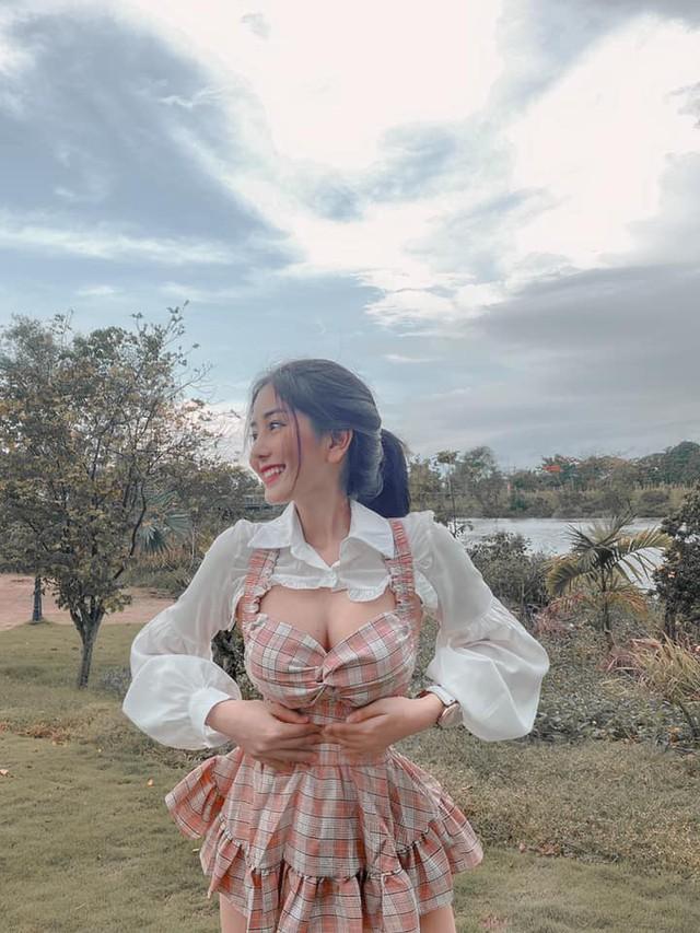 Mặc áo phong cách cắt xẻ và đục khoét, hot girl 2K1 khiến dân tình sục sôi, báo Hàn nức nở khen: Đẹp không góc chết - Ảnh 2.