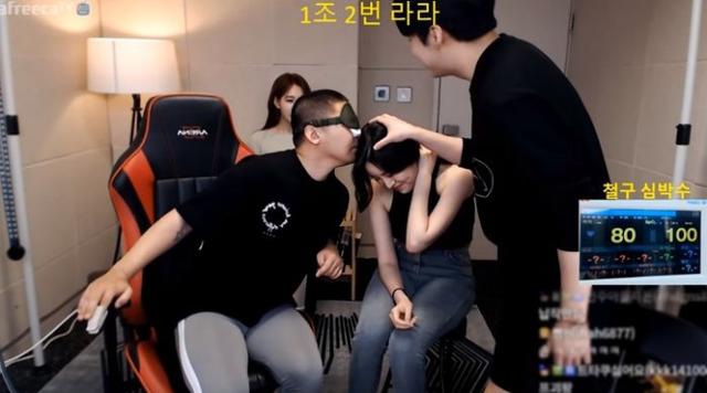 Làm thử thách bịt mắt, chỉ ngửi và sờ 9 hot girl để tìm ra bạn gái của mình, anh chàng Youtuber số hưởng khiến fan hào hứng tột độ - Ảnh 3.