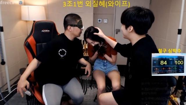 Làm thử thách bịt mắt, chỉ ngửi và sờ 9 hot girl để tìm ra bạn gái của mình, anh chàng Youtuber số hưởng khiến fan hào hứng tột độ - Ảnh 4.