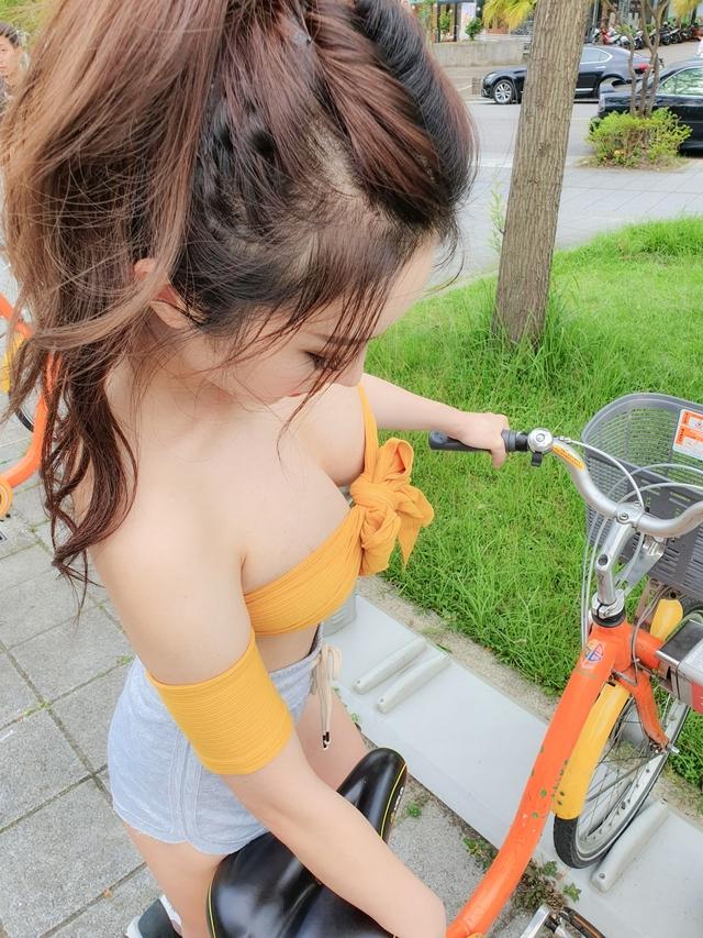 Loay hoay mãi mà không chỉnh được yên xe, cô gái xinh đẹp khiến cộng đồng mạng dậy sóng - Ảnh 2.