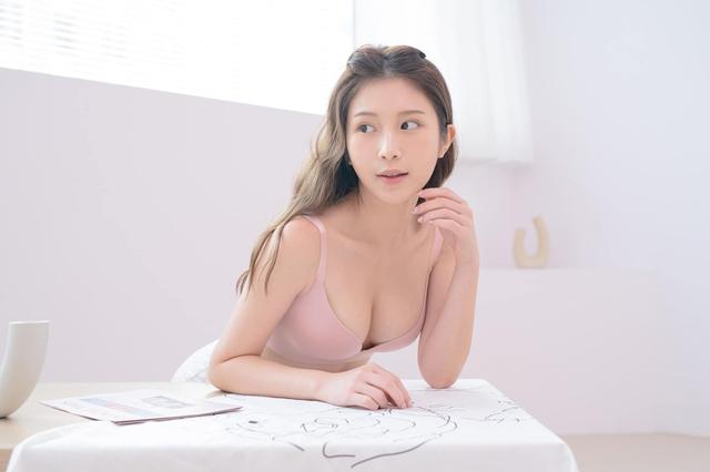 Lên sóng tư vấn về sức khỏe giới tính, nàng Youtuber xinh đẹp gây sốc khi đưa ra tiêu chuẩn với cánh đàn ông 5 phút là đủ - Ảnh 6.