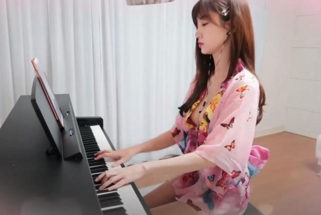 Thả rông vòng một với kimono trên sóng, nữ Youtuber chỉ ngồi đánh đàn cũng hút cả trăm nghìn người theo dõi - Ảnh 4.