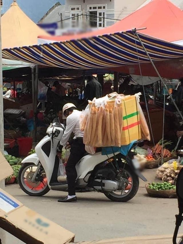 Ăn mặc bảnh bao, đi SH bán bánh mỳ dạo ngoài chợ, nam thanh niên khiến cộng đồng mạng ngán ngẩm Lại chủ tịch giả vờ à - Ảnh 3.