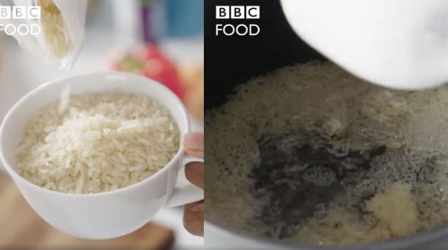 Show ẩm thực Anh dạy nấu ăn như xúc phạm khán giả châu Á: Cơm rang trứng đem luộc rồi mới rang? - Ảnh 1.