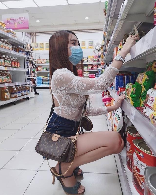 Mặc áo mỏng tang, xuyên thấu đi siêu thị, cô gái xinh đẹp khiến cộng đồng mạng trố mắt, ngỡ ngàng khi thấy nhan sắc thật - Ảnh 4.