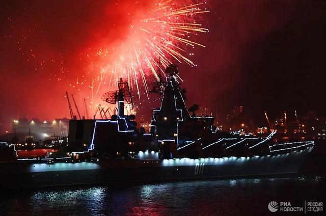 Chiêm ngưỡng 250 tàu chiến khủng của Nga trong lễ duyệt binh mừng ngày hải quân - Ảnh 9.