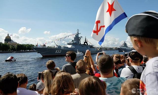 Chiêm ngưỡng 250 tàu chiến khủng của Nga trong lễ duyệt binh mừng ngày hải quân - Ảnh 3.