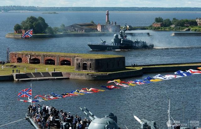 Chiêm ngưỡng 250 tàu chiến khủng của Nga trong lễ duyệt binh mừng ngày hải quân - Ảnh 5.