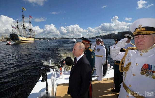 Chiêm ngưỡng 250 tàu chiến khủng của Nga trong lễ duyệt binh mừng ngày hải quân - Ảnh 6.