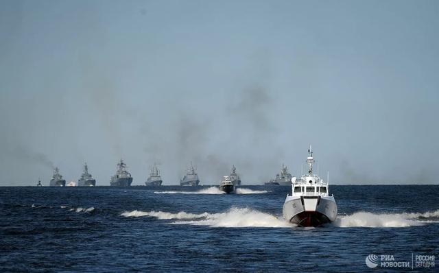Chiêm ngưỡng 250 tàu chiến khủng của Nga trong lễ duyệt binh mừng ngày hải quân - Ảnh 8.