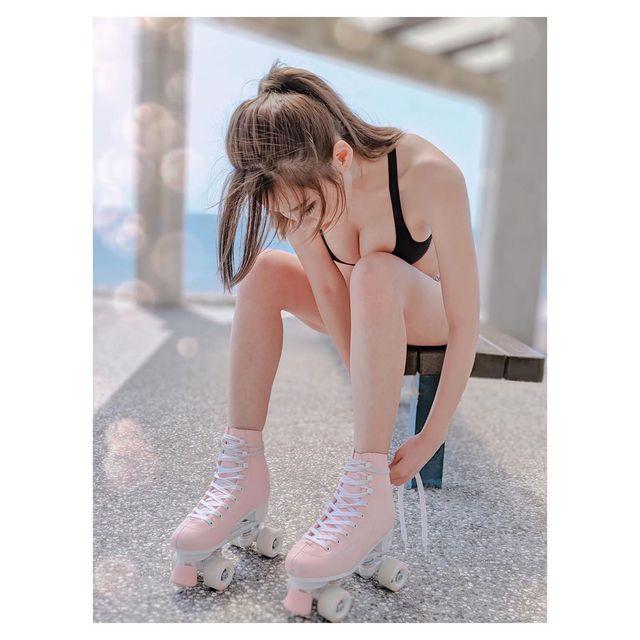 Cúi thấp buộc dây giày tạo ra cảnh xuân gợi cảm, nàng hot girl bất ngờ trở nên nổi tiếng, nhìn vào trang cá nhân mới thấy bất ngờ - Ảnh 1.