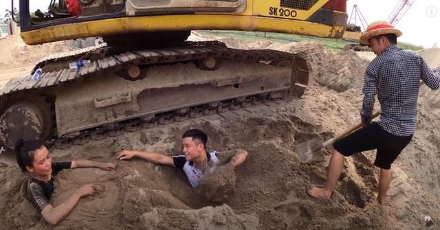 Đắp mộ, thắp nhang, đốt vàng mã cho em ruột, con trai bà Tân Vlog lại nhận mưa gạch đá từ phía cộng đồng mạng - Ảnh 2.
