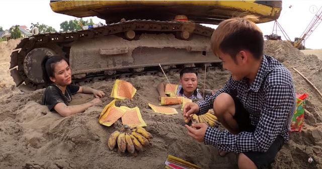 Đắp mộ, thắp nhang, đốt vàng mã cho em ruột, con trai bà Tân Vlog lại nhận mưa gạch đá từ phía cộng đồng mạng - Ảnh 5.