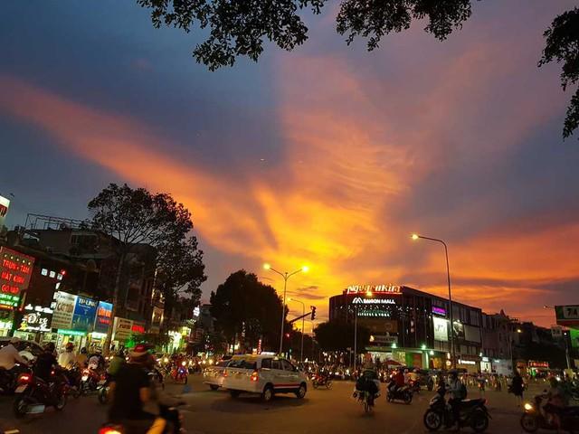 Cộng đồng mạng bất ngờ, trầm trồ trước hiện tượng thời tiết Bắc rồng bay, Nam phượng múa trên bầu trời Việt Nam - Ảnh 2.