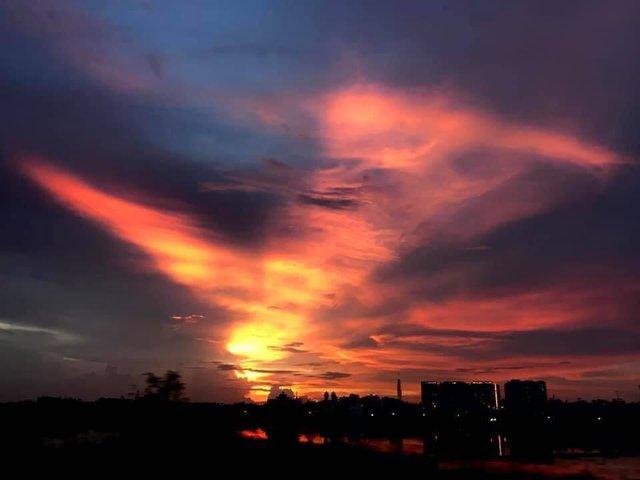 Cộng đồng mạng bất ngờ, trầm trồ trước hiện tượng thời tiết Bắc rồng bay, Nam phượng múa trên bầu trời Việt Nam - Ảnh 4.