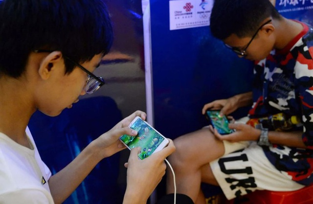 Trẻ em Trung Quốc và 7749 cách qua mặt hệ thống chống nghiện game: Dùng số CMT giả, ra quán net, quét mặt bố mẹ khi ngủ để vào game - Ảnh 1.