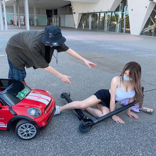 Dàn cảnh ngã xe scooter để nổi tiếng, cô nàng hot girl bị cộng đồng mạng bóc phốt, ném đá liên tục - Ảnh 2.
