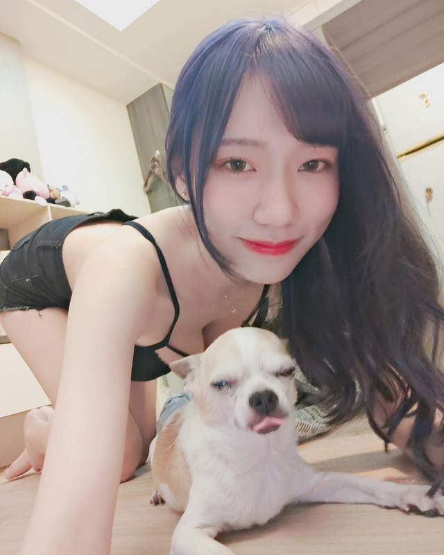 Đăng ảnh check in với chó mèo, nàng hot girl khiến cộng đồng mạng cảm thán Xin được làm thú cưng của cậu - Ảnh 1.