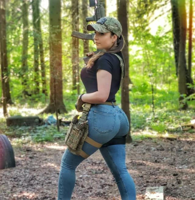 Chuyên chụp ảnh với phong cách PUBG, nàng hot girl gợi cảm khiến cộng đồng mạng phát sốt - Ảnh 6.