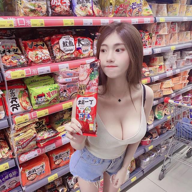 Nhá hàng hình selfie trong siêu thị, nàng hot girl gây sốc cộng đồng mạng, trang cá nhân đã có hơn 3 triệu lượt follow - Ảnh 2.
