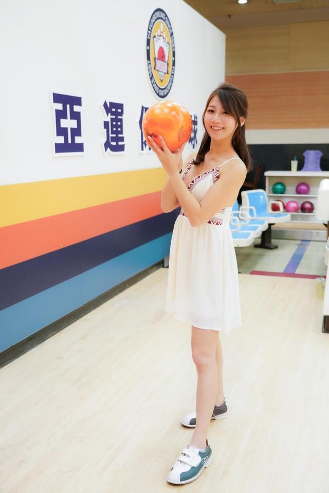 Đăng ảnh đi chơi bowling gợi cảm, nàng hot girl được fan khen ngợi: Tâm hồn cũng tròn, đẹp như quả bowling vậy - Ảnh 4.