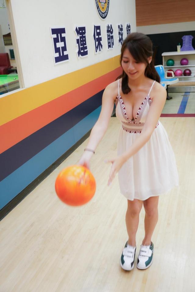 Đăng ảnh đi chơi bowling gợi cảm, nàng hot girl được fan khen ngợi: Tâm hồn cũng tròn, đẹp như quả bowling vậy - Ảnh 5.