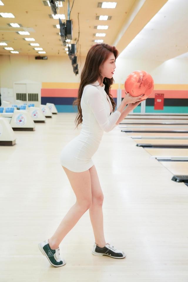 Đăng ảnh đi chơi bowling gợi cảm, nàng hot girl được fan khen ngợi: Tâm hồn cũng tròn, đẹp như quả bowling vậy - Ảnh 8.