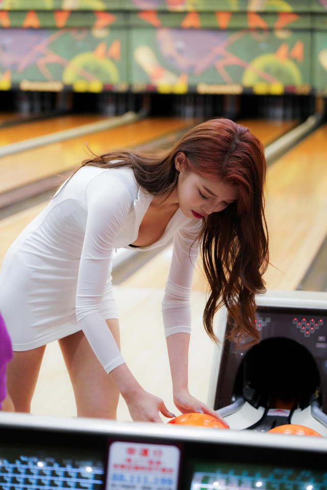 Đăng ảnh đi chơi bowling gợi cảm, nàng hot girl được fan khen ngợi: Tâm hồn cũng tròn, đẹp như quả bowling vậy - Ảnh 11.