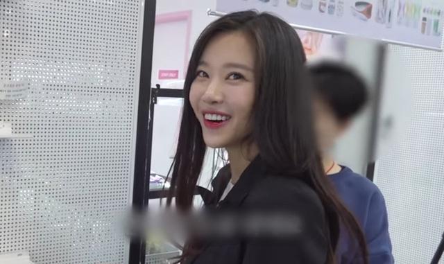 Đăng tải clip mua sắm đồ chơi tại cửa hàng 18+ lên Youtube, nàng hot girl, idol Kpop khiến fan sốc nặng - Ảnh 1.