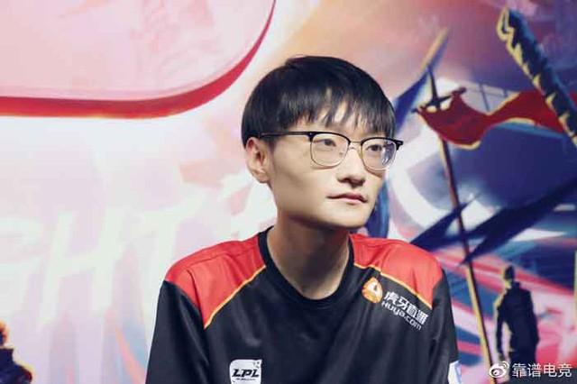 Rộ nghi vấn FPX bị loại ê chề vì Tian gặp chấn thương cổ tay, tự uống nước còn khó khăn huống gì là thi đấu - Ảnh 4.