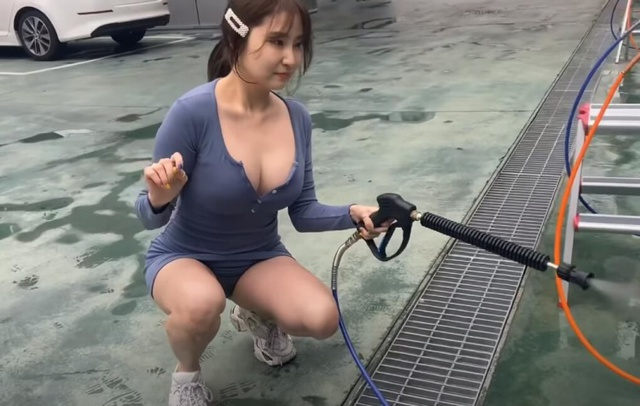 Ăn vận gợi cảm rồi làm clip tự rửa siêu xe của bản thân, nữ Youtuber liên tục lộ hàng có chủ ý, clip lên tới cả triệu view - Ảnh 2.