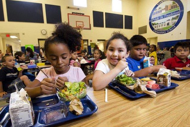 Ngày làm giáo viên, tối về livestream chơi game để quyên tiền mua bữa trưa cho học sinh - Ảnh 1.
