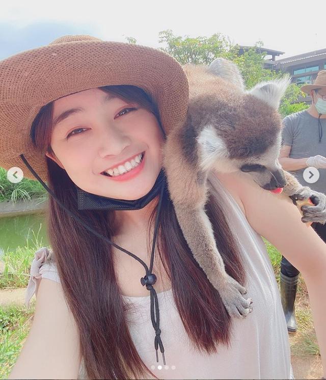 Đi sở thú làm vlog, cô nàng Youtuber bất ngờ bị vượn sàm sỡ ngay trên sóng - Ảnh 4.