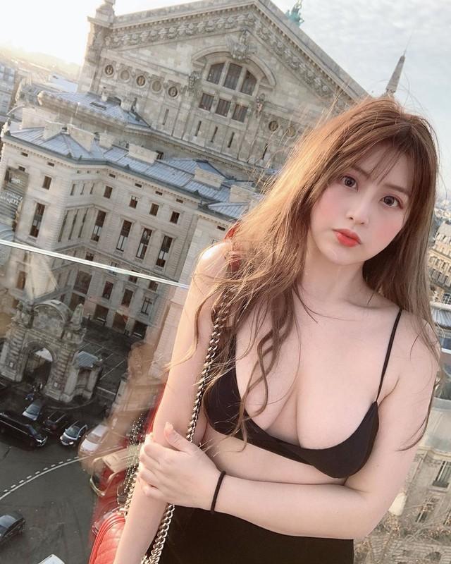 Không mặc nội y và tạo dáng sexy khi ăn thịt nướng, cô gái xinh đẹp gây chú ý cực mạnh nhưng cũng nhiều gạch đá không kém - Ảnh 4.