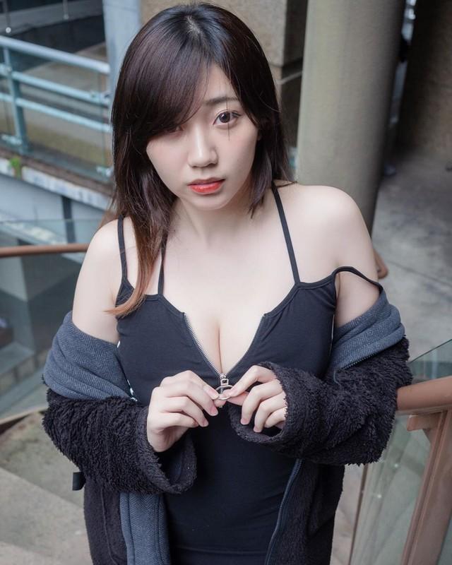 Bị cấm kênh vì quá gợi cảm rồi kêu gào tăng lương trên sóng, nữ streamer xinh đẹp giận dỗi, liên tục post ảnh sexy lên mạng để phản kháng - Ảnh 1.