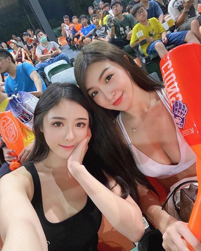 Đi xem bóng chày, hai cổ động viên khiến khán giả mất hết sự tập trung - ảnh 2