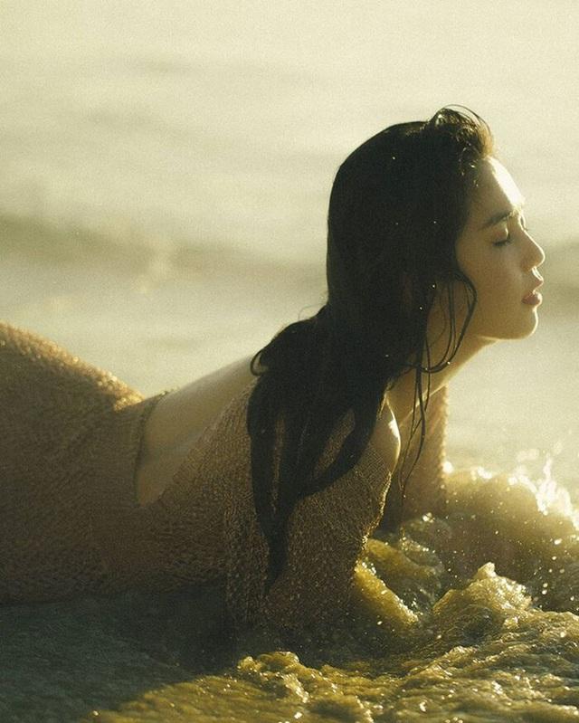 Ngọc Trinh tung bộ ảnh gợi cảm, diện áo lưới ướt sũng khiến dân mạng đua nhau thả tim nhiệt liệt - Ảnh 4.