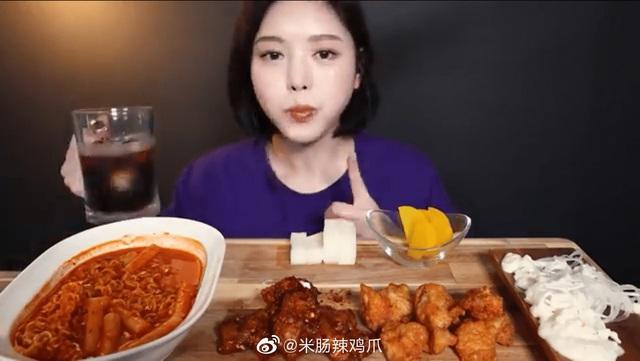 Bị tố giả vờ ăn rồi nhè ra để diễn video, nữ Youtuber Mukbang xinh đẹp nhận phải cơn mưa gạch đá từ phía người xem - Ảnh 3.