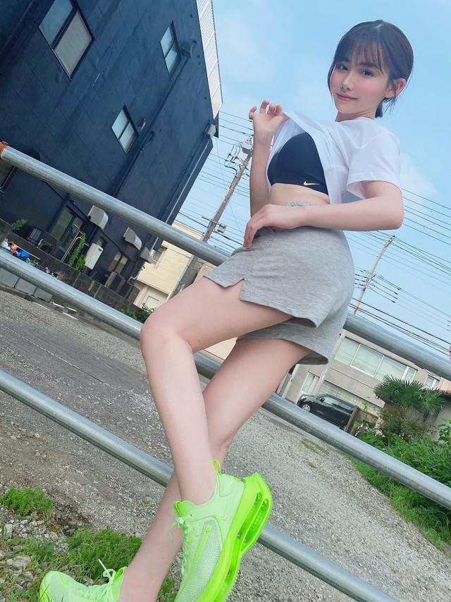 Lầy như fan Eimi Fukada: Thần tượng khoe dáng sexy, fan chả quan tâm chỉ lo troll bằng được - Ảnh 3.