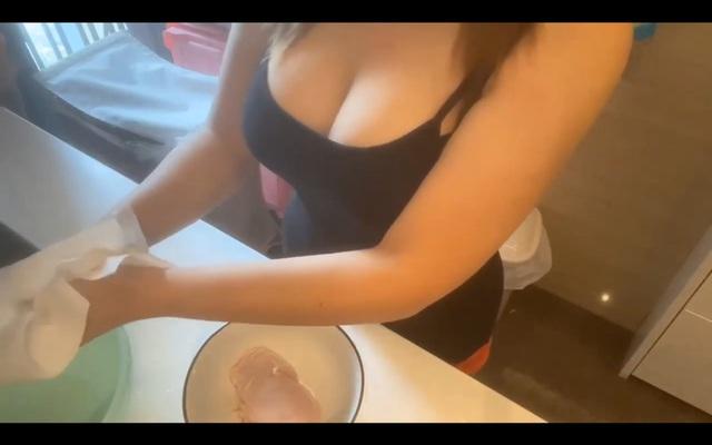 Làm clip dạy nấu ăn nhưng quyết tâm giấu mặt lộ ngực, nữ Youtuber xinh đẹp bị người xem chỉ trích: Suốt ngày chỉ tìm cách khoe ngực - Ảnh 6.