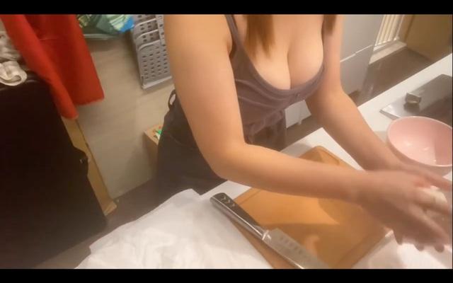 Làm clip dạy nấu ăn nhưng quyết tâm giấu mặt lộ ngực, nữ Youtuber xinh đẹp bị người xem chỉ trích: Suốt ngày chỉ tìm cách khoe ngực - Ảnh 9.