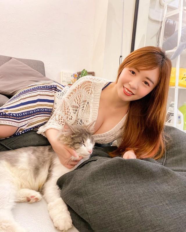 Mang mèo cưng lên sóng, nữ streamer xinh đẹp suýt thì gặp sự cố khi bị kéo áo tới tụt ngực - Ảnh 3.